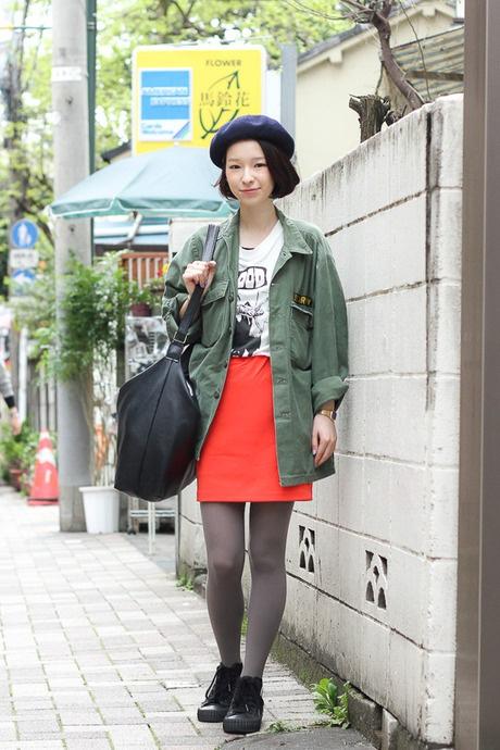 ベレー帽とミリタリーウェア。大きめバッグと発色の良いオレンジのスカート。とってもいい。