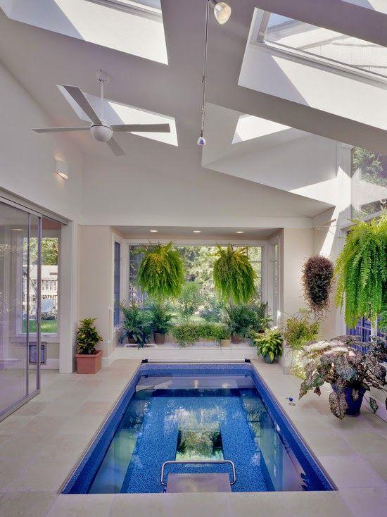 Y hay una solución de compromiso que es una combinación de dos opciones: piscina cubierta con una parte móvil del techo y las paredes.