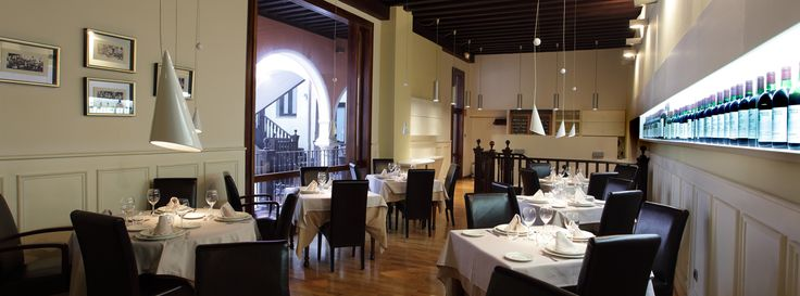 RESTAURANTE Horario: 12:30 a 17:00 y 20:30 a 00:30 Domingos: 12:30 a 17:00 Restaurante Santi (El Caballo de Troya), situado en el centro de Valladolid, junto a la plaza Mayor, en un impresionante edificio del Siglo XVI. Elegantes comedores, salones privados,
