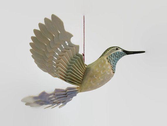 Intagliato a mano blu Throated Hummingbird bird arte-ventilatore appeso mobile scultura in legno. Hobbystica opera darte legno  Intagliato a mano da legno di pino, con il lavoro di pirografia e dipinta a mano, rendono questo dono unico e bellissimo di Hummingbird per una coppia in amore o anniversario di matrimonio. Poiché questi uccelli porta gioia non solo gli anziani, sono il regalo adatto per i neonati  Il colibrì è generalmente pensato per essere un simbolo di gioia e felicità per il…