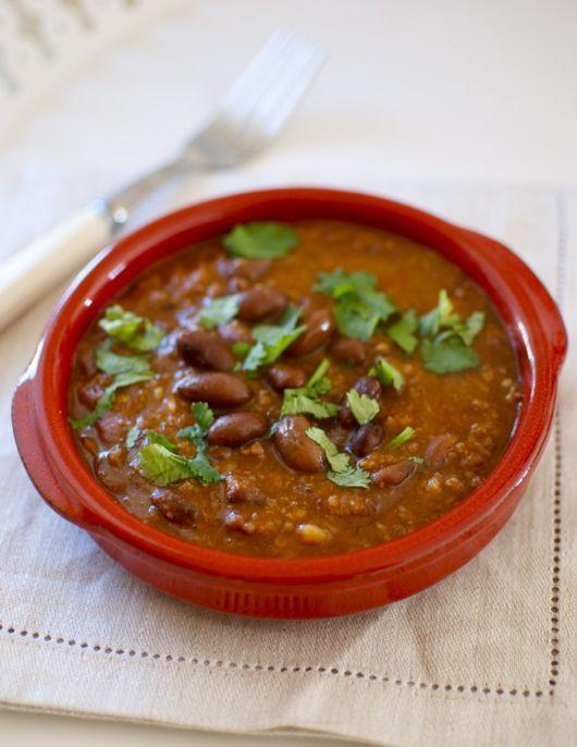 El chili mexicano es una sabrosa salsa de carne y frijoles (alubias rojas), muy especiada y picante, que puede servirse como aperitivo tal cual, acompañado con las tortitas de trigo o con los totopos (también conocidos como nachos). En realidad se trata de un espeso ragú de carne de ternera, salsas en las que la …