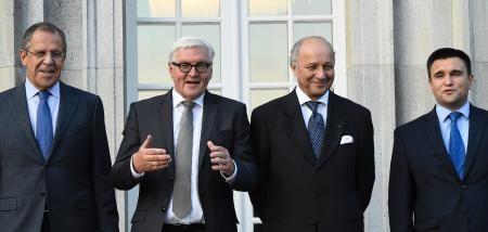 12日、ベルリンで会談前に撮影に応じる(左から)ロシア、ドイツ、フランス、ウクライナの4外相(AP=共同) ▼13Sep2015共同通信|ウクライナ和平、平行線 4カ国外相、停戦は維持 http://www.47news.jp/CN/201509/CN2015091301001133.html