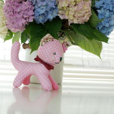 Textilná dekorácia cca 12 cm vysoká a dlhá cca 14 cm. Materiál bavlna a polyesterové rúno., ankap