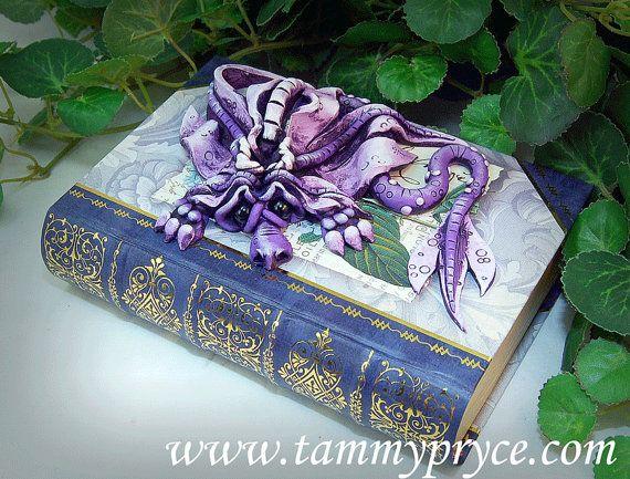 Ooak Polymer Clay lavendel triest weinig Dragon beeldhouwkunst op Love boek / vak #632 Fantasy Decor van het huis  Dit en al mijn Dragons zijn volledig hand gebeeldhouwd en geschilderd, geen mallen zijn ooit gebruikt. Elke kleine draak is echt een van een soort. Ik meng zelfs alle mijn eigen kleuren van klei. Dit op rust op een mooie boek/doos het is gemaakt van een hoge kwaliteit papier mache die heeft goud in reliëf gemaakt op het. Hij echt is een unieke one van een soort item en zal het…