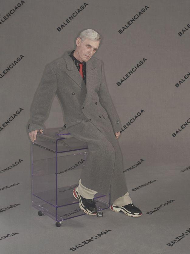 Balenciaga: мужская рекламная кампания с возрастной моделью и офисной мебелью