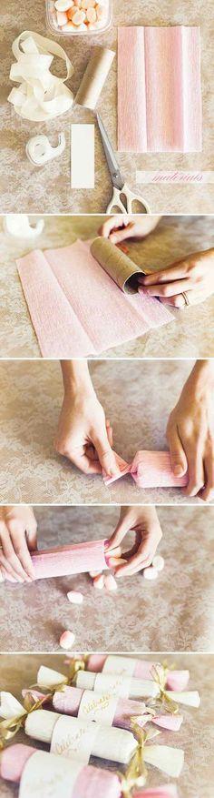 Cómo hacer souvenirs de bodas economicos y personalizados mentas en cajita. Prácticos y delicados souvenirs con mentas, hechos con tubo de cartón envuelto en papel crepe y cintas de colores