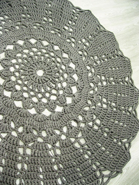 crochet rugs; I'm thinking a coral color for Zaley's room...