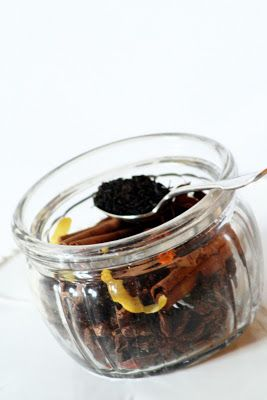 Gourmandises Chroniques: Calendrier de l'Avent #5 - Glissades en cascade et plaisir épicé d'un thé de Noël maison