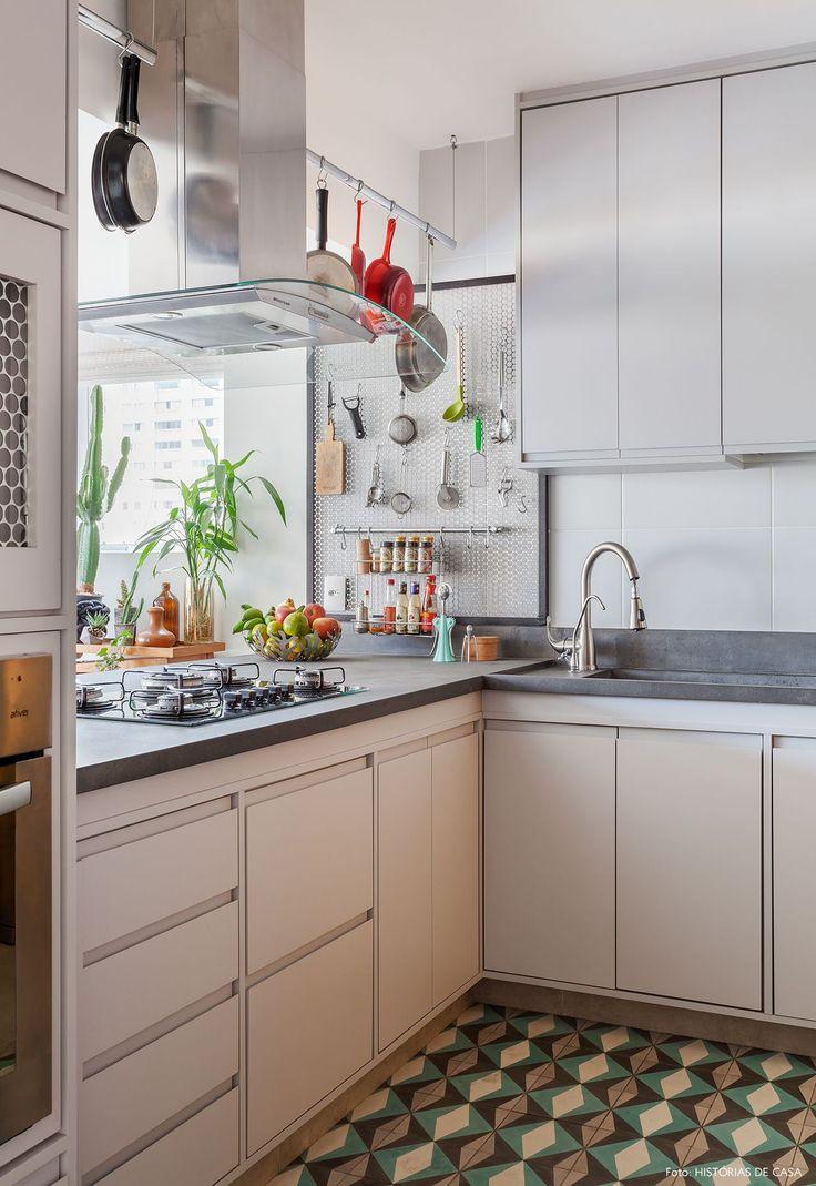 Cozinha tem suporte telado para temperos e utensílios e piso de ladrilho hidráulico.