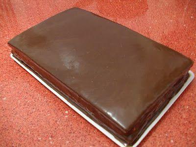 TORT GANACHE CU GLAZURA- Acesta este tortul pe care l-am avut de Revelion. Ciocolata, muuuulta ciocolata, asa cum imi place mie. Nimic deosebit, rapid, dar buuun de tot. Ne trebuie