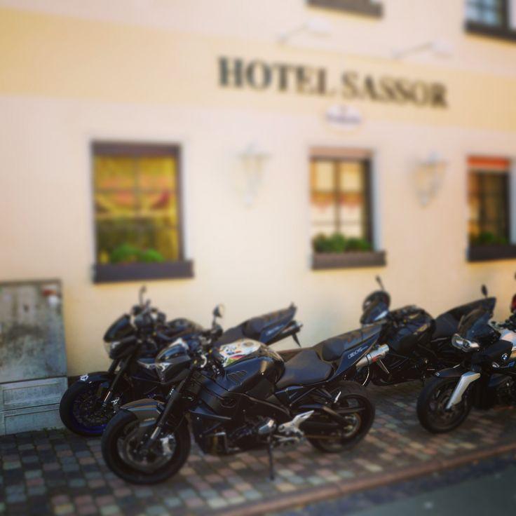Motorräder vor dem Hotel Sassor