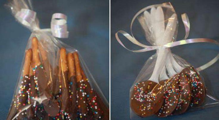 Si quieres regalar a los invitados de tu fiesta algo especial y preparado por ti mism@, estas golosinas con chocolate son una opción muy económica y tan sencilla de preparar que hasta los niños pueden hacerlos contigo. Anteriormente ya os hemos dado las recetas para preparar los palitos de pan decorados y los malvaviscos cubiertos …