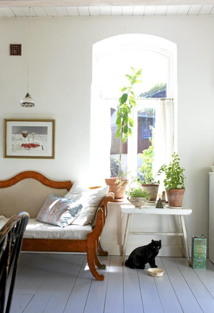 De buede vinduene bestemte takhøyden på vel tre meter. Blomsterbordet er funnet på et loppemarked, men sofaen er et arvestykke.