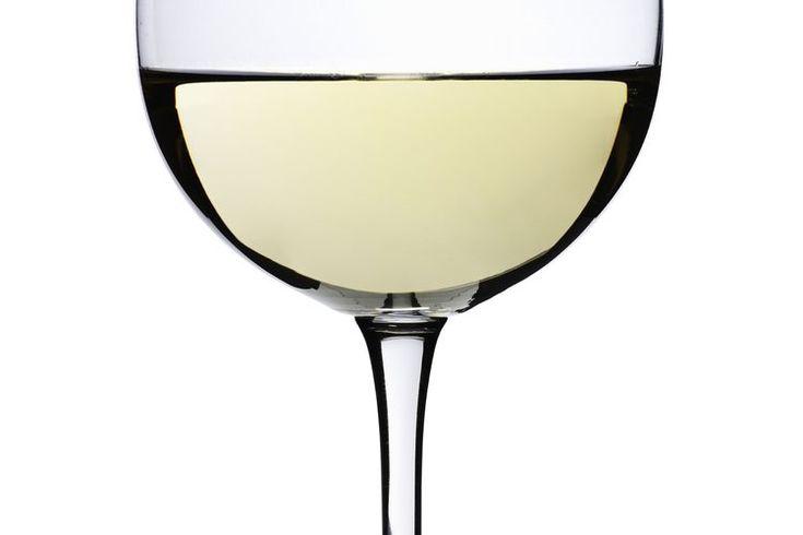 ¿Cuantas calorías hay en un vino Chardonnay?. Las marcas de vino chardonnay pueden variar un poco, pero en general 5 onzas de chardonnay contienen aproximadamente 125 calorías. Debido chardonnay es un producto fermentado de uvas, algunas de las calorías vienen de los carbohidratos, aunque la ...