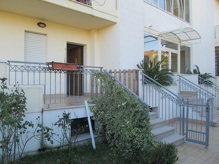 Ingresso e giardino http://www.immobiliarepineto.it/appartamenti-trilocali-3-locali-/trilocale-ingresso-indipendente-con-garage-zona-residenziale-comparto-34.html