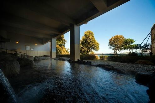別府湾を望む開放感たっぷりの露天岩風呂で、心身ともに癒されてください。