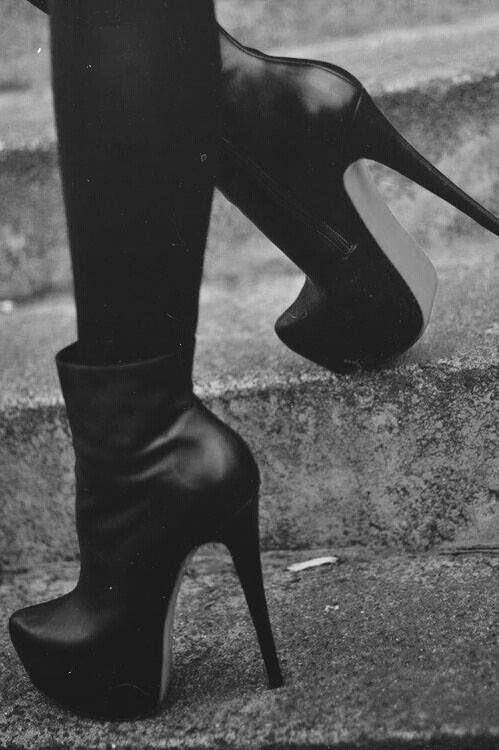 Black on black with the stab of a knife boots | Sko, Vesker
