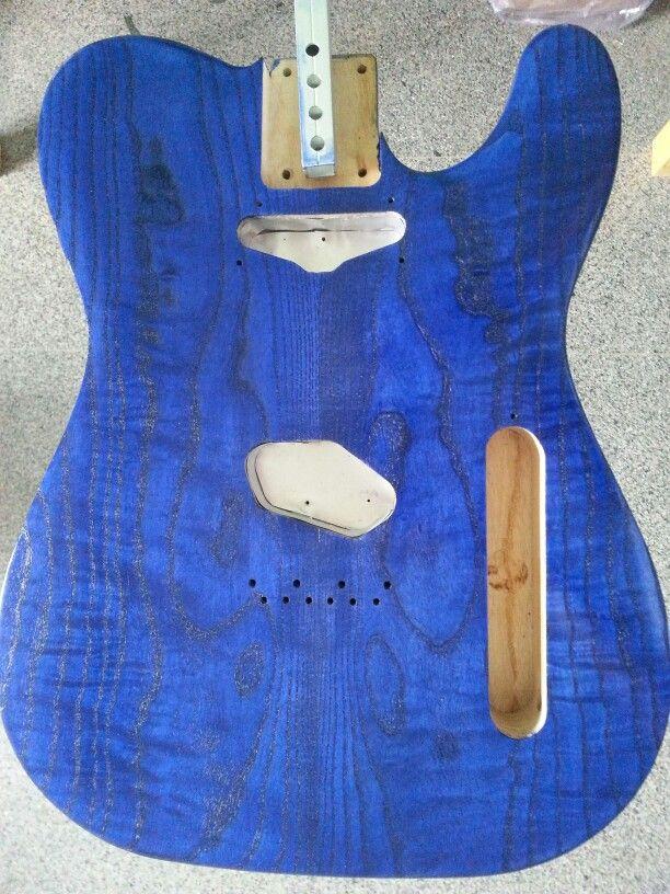 Verniciatura body e top per chitarra elettrica in frassino marezzato. Tinta blu. Prima mano di trasparente.
