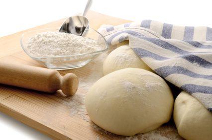 Grand classique de la culture culinaire Italienne, la recette de la pâte à pizza peut être appréhendée d'une multitude de façons. Cela dépend bien entendu de vos souhaits (pâte fine, pâte épaisse, pâte farcie/fourrée au fromage etc..), mais aussi du mode de cuisson (four, gaz, feu de bois etc…).