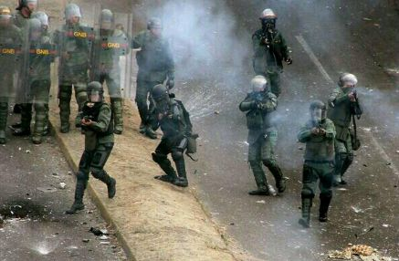 You Wont believe What is happening in Venezuela   23 Images of Political Oppression - See more at: http://reportavenezuela.info/23-amazing-images-venezuelans-without-fear-facing-totalitarian-regimen/#sthash.1s2SI4c0.dpuf