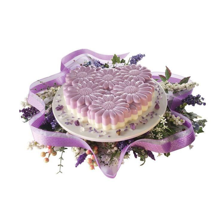 Per la festa della mamma l'idea è una torta a forma di cuore decorata con fiori. #pavonidea #festadellamamma #cakedesign #flower #lovemom