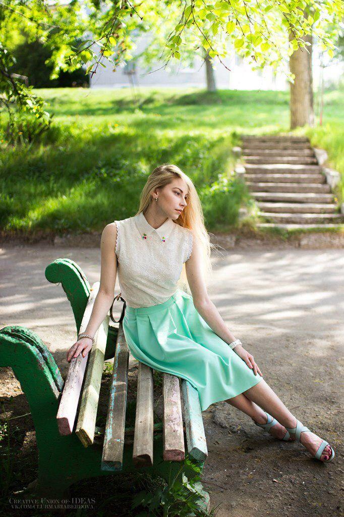 Лето зелень красивая девушка блондинка длинные волосы образ одежда стиль фото идеи