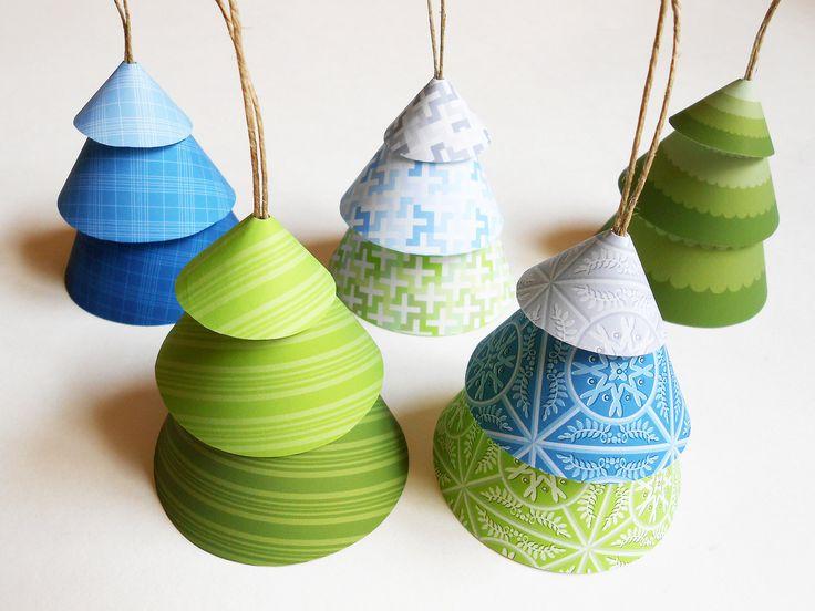 Sapin cones en papier - glisser une perle ou un grelot au bout d'un bout de fil pour retenir les cones