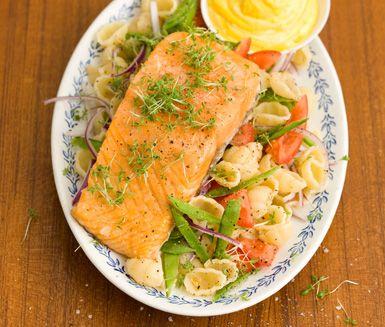 Ett tjusigt recept på mild lax med gnocci och saffransdipp. Du kryddar laxen med socker och salt. Servera fisken tillsammans med fräscha grönsaker, pasta och en krämig sås med smak av saffran.