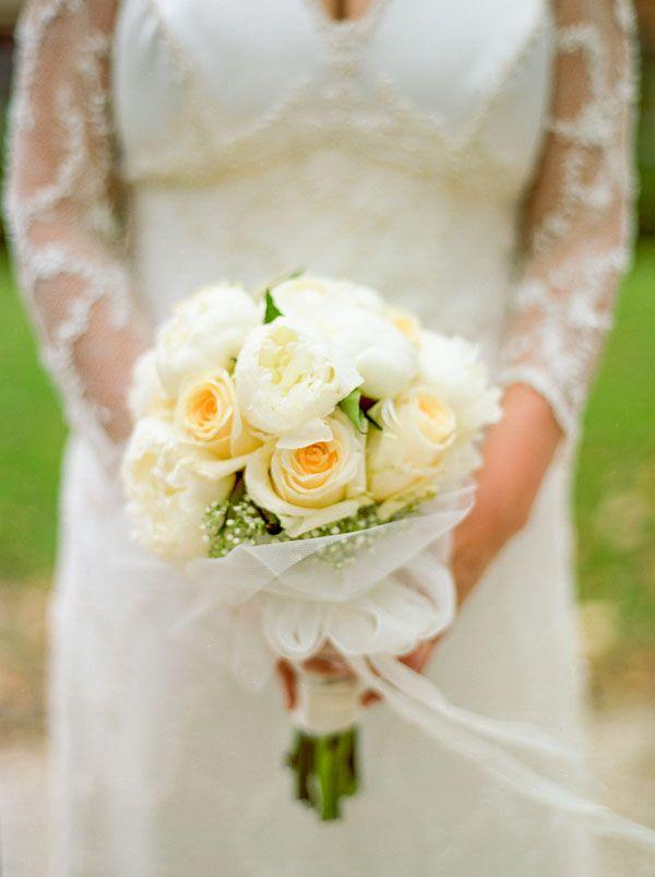 white and cream bouquet | photo: Nadine Silva http://weddingwonderland.it/2016/04/matrimonio-glamour-vintage.html