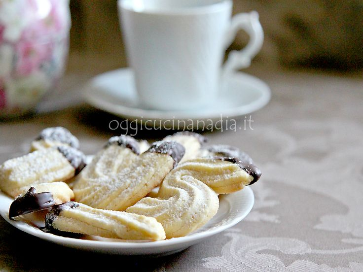 La frolla montata è un tipo di frolla che ha una consistenza leggera e friabile, con essa si preparano di solito biscottini da tè e piccola pasticceria.