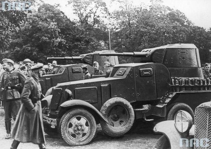 Żołnierze niemieccy podczas oglądania radzieckich samochodów pancernych BA-10. Miejsce: Plac Litewski
