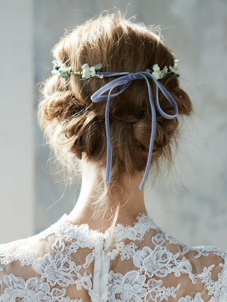 Finish your floral crown with a soft velvet bow.  Photo: http://m.the-wedding.jp