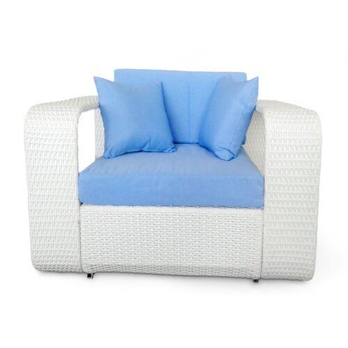 Meble ogrodowe Breeze z technorattanu w stylu śródziemnomorskim - biały technorattan i błękitne poduszki.