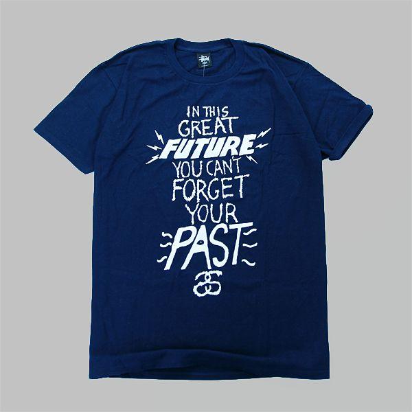 T-Shirt marki Stussyześciągacz wokół szyi w kolorze granatowym. Duża grafika z przdu oraz mały napis z tyłu na wysokości kołnierzyka,100% …