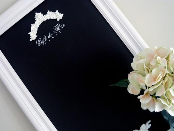 Lousa com base mdf e moldura clássica branca. Detalhes em resina e pintura das fontes feita à mão. A moldura incluída no preço tem 2,8cm. Para a mais larga, como a da foto (4cm), adicional de R$30,00. R$95,00