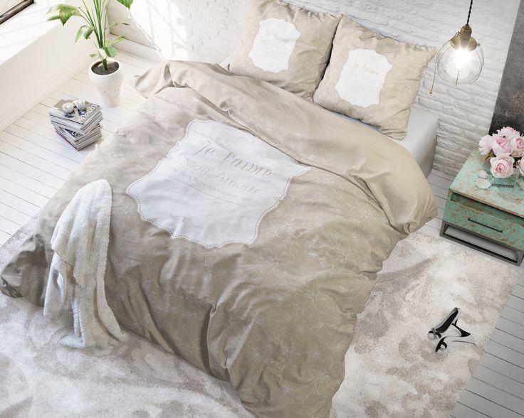 Het dekbedovertrek 'Mon Amour' van Sleeptime heeft als basis een crèmekleurige achtergrond met daarop een wit sierlijk bloemenpatroon. De bloemen zijn allemaal in lijnen getekend en niet ingekleurd waardoor het simpel maar mooi is.