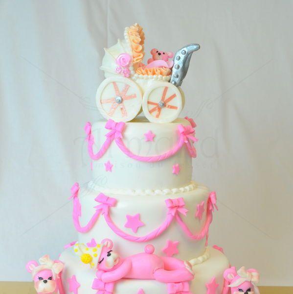 O figurina eleganta, un carucior roz clasic alaturi de cei trei ursuleti sunt figurinele unui tort de botez elegant. Culorile, detaliile, dar si sortimentul tortului sunt la alegerea ta. Preturi incepand de la : 480 Lei