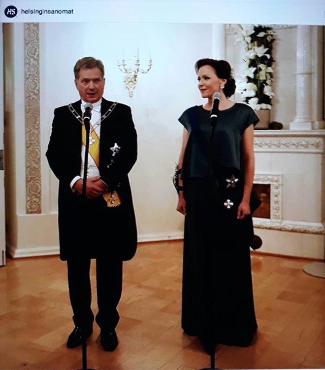 SUOMI100 HELSINKI, PRESIDENTINLINNAN ITSENÄISYYSPÄIVÄJUHLAT 6.12.2017.ℹ 12. Suomen Tasavallan Presidentti SAULI NIINISTÖ ja Rouva JENNI HAUKIO JUHLAPUKEUTUMISEN TYYLIÄ&MUOTIA vm. 2017. JUHLAPUKEUTUMINEN ja TYYLIT, JULKISUUDEN HENKILÖT, Poliitikot, Tähdet jne. 1900 KUTSUVIERASTA, ovat Meidän Suomalaisten TV-katselijoiden arvostelun ja Seuraamisen kohteena. Trendikäs Vihreä oli Jenni Haukion ja Minttu Virtasen,  Juhlapukeumisen väri...SEURAAN..Tykkään&NAUTIN. @helsinginsanomat #hesari…