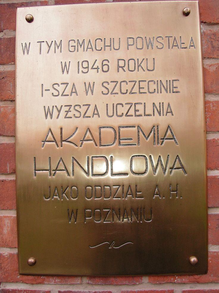 W 1946 r. rozpoczyna działalność Oddział Akademii Handlowej w Szczecinie, będący pierwszą uczelnią wyższą na terenach Pomorza Zachodniego.