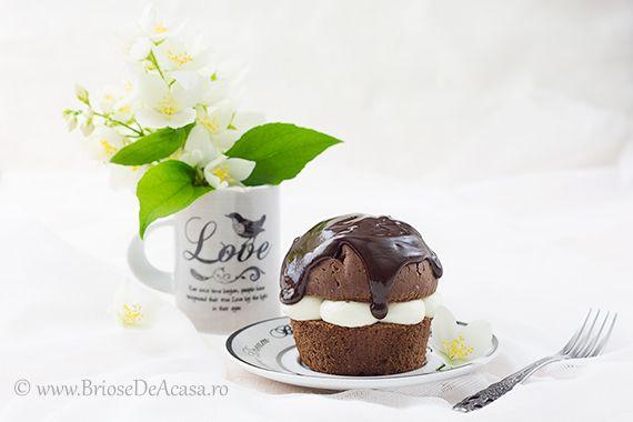 Cocoa #muffin with whipped cream and dark #chocolate topping: http://www.briosedeacasa.ro/briose-cu-ciocolata-si-frisca/ / In Romana: briose cu ciocolata si frisca