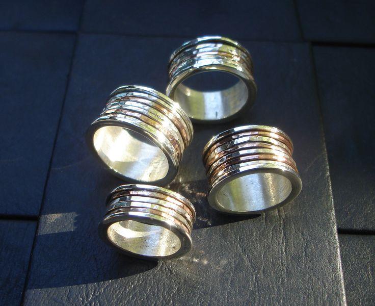 Realizados en plata 925 y cobre. Los aros del medio tienen movimiento, giran.
