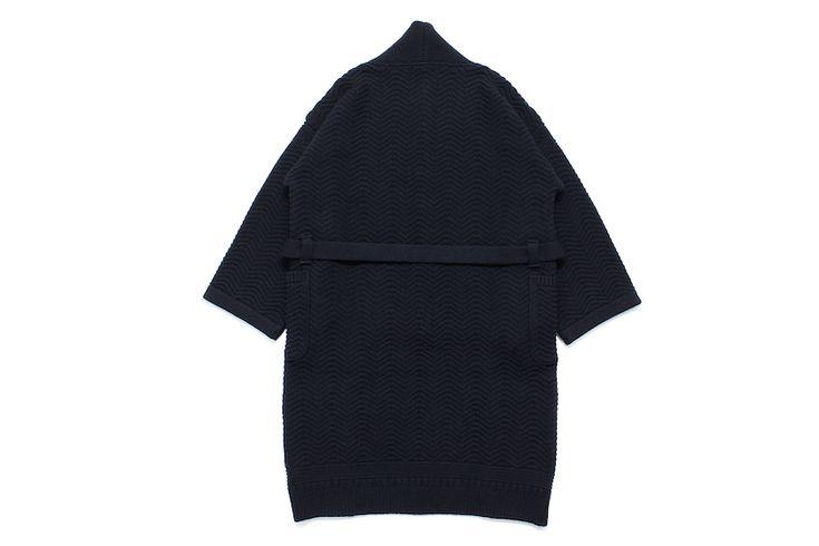 日本というエッセンスを、コンセプト、生産背景、そしてディテールに至るまで随所に忍ばせるニットブランド〈ヤシキ(YASHIKI)〉。 冬本番を迎え、「白山」をテーマに掲げた新作コートがリリースされます。 Ryousen Coat ¥50,000+TAX フロントの中心部分はショールカラーカーディガンをモチーフに。洋のカーディガンの上から和の着物をレイヤードしているかの様な騙し絵的な和洋折衷デザイン。 柄は連なる山々を表現しています。着用時に肩が落ちて柔らかな印象になるようにYASHIKIでは定番となった着物のパターンをオマージュして仕上げています。 平面的に見ても着用図がイメージにしにくい構造は、まさしく着物に近い特性ですね。袖を通すとこんなかんじ。 ガウンのような、作務衣のような、イメージのはざまをたゆたう不思議な一着。されど奇抜なわけではない、気持ちのいい落とし所です。 ぜひ実際に袖を通してみてください。最後に〈ヤシキ〉の17AWのテーマワードを引用しておきます。 白山/HAKUSAN 故郷の田園風景の先に自然と目に入る山「...