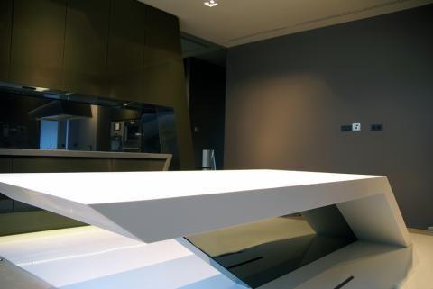 Mesa en Corian Blanco con pie de espejo