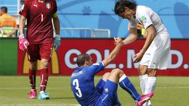 Edinson Cavani consoló a jugadores de Italia tras partido con Uruguay (VIDEO)