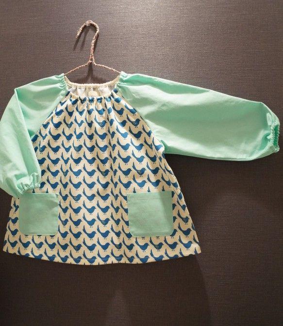 園用スモックです。袖を人気のミントグリーンの生地で組み合わせにしました。衿と袖口裏にゴム口もついていますので、お子様に合わせて調節可能です。サイズ 100〜...|ハンドメイド、手作り、手仕事品の通販・販売・購入ならCreema。
