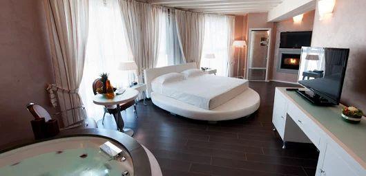 Aquastep vízálló laminált padló    Luxus nem csak hotelekben, de akár otthonodban is!  Semmi akadálya, hogy a kád vagy a pezsgőfürdő egy légtérben legyen hálószobánkkal. Az Aquastep 100%-ban vízálló laminált padlója ezt is lehetővé teszi számunkra.     Gyere és látogass el weboldalunkra, és tekintsd meg kínálatunkat!    www.dreamfloor.hu    #padló #aquastep #vízálló