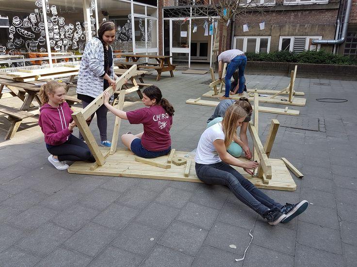 Nieuwe banken, planten, een likje verf, ...de leerlingenraad, Mos-groep en onderhoudsploeg pimpen de speelplaats van Ursulinen Mechelen.