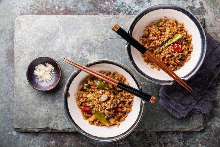 Fried rice är helt enkelt stekt ris med grönsaker och ägg. En gammal favorit som man aldrig tröttnar på. Här tillagas riset med portobello, shiitake och s