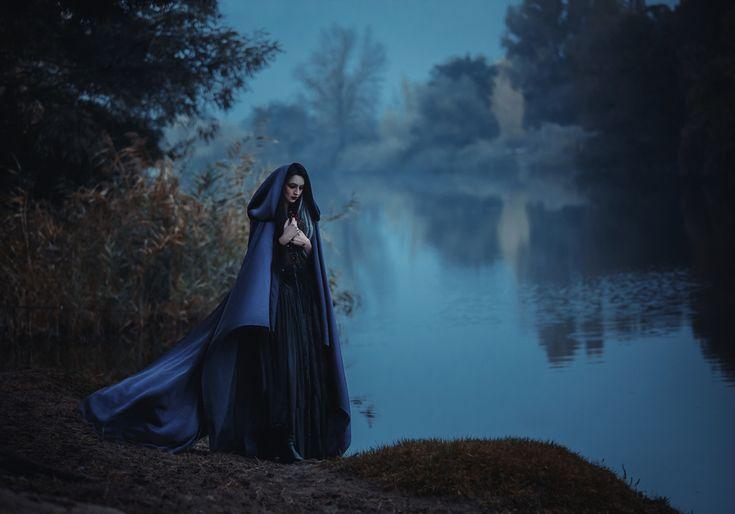 Heksen vroeger en nu. Over hoe heksen vroeger gezien werden en over moderne heksen. Over witte en zwarte magie en hulpmiddelen van heksen.