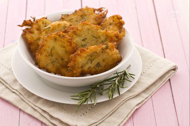 Le frittelle croccanti di patate sono dei deliziosi bocconcini fritti da mangiare come antipasto o come secondo e che vi faranno riscuotere un grande successo.